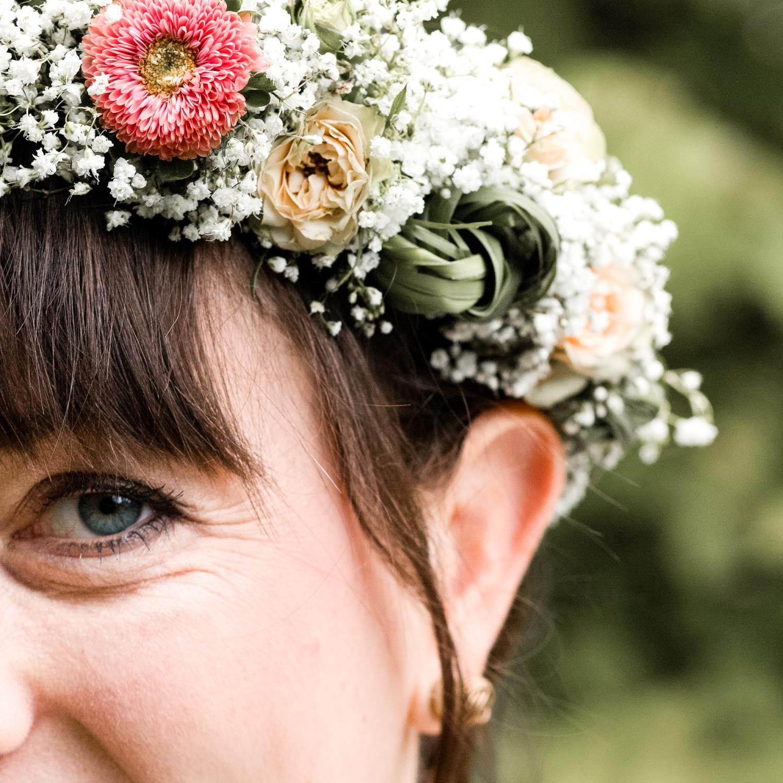 Hippie-Hochzeit mit Blumenkranz aus Schleierkraut, kleinen Röschen und apricotfarbenen Astern. So schön kann eine Sommerhochzeit sein!