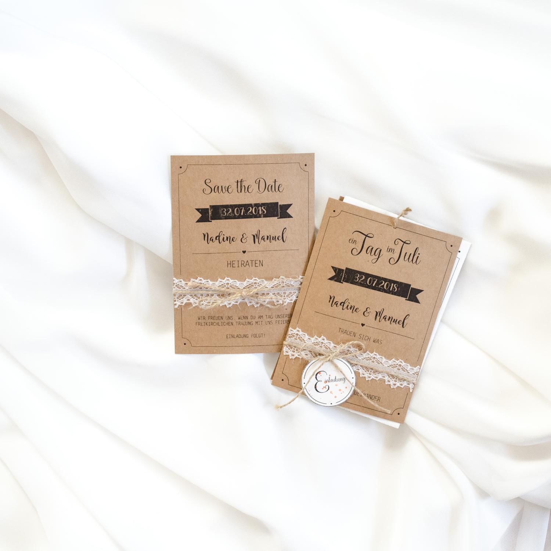 Papeterie für eine Sommerhochzeit im Landhaus-/Vintage-Stil, Einladungskarte und Save-the-date-Karte aus Kraftpapier, verziert mit Jute- und Spitzenband