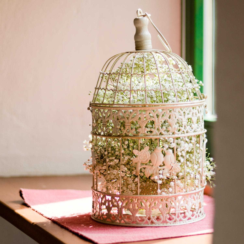 Raumdekoration für eine Sommerhochzeit im Landhaus-/Vintage-Stil, romantischer Vogelkäfig befüllt mit Schleierkraut