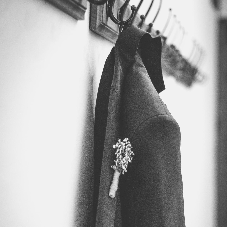 Hochzeitsoutfit, Hochzeitsanzug mit Ansteckblume