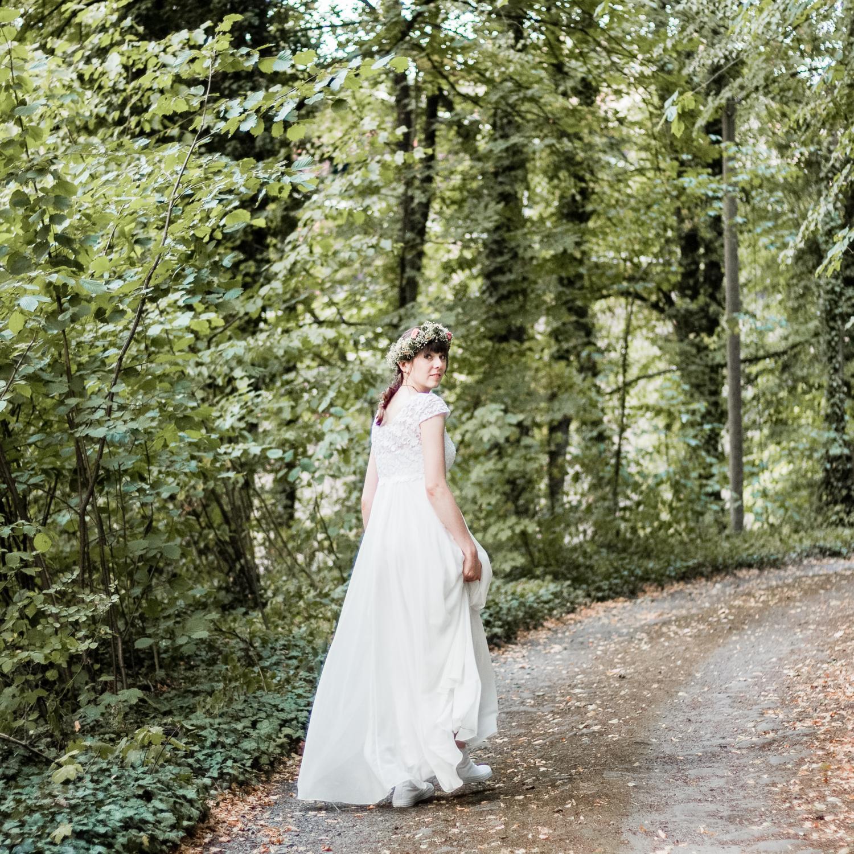 Hochzeitsoutfit, Hochzeitskleid im Empire-Stil, mit Spitze und aufgenähten Perlen