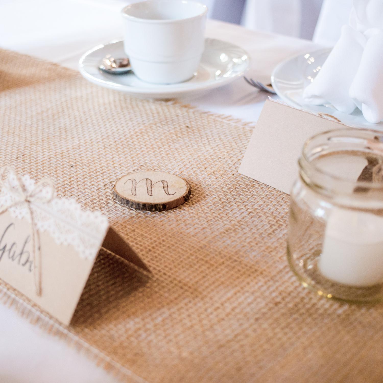 Tischdekoration für eine Sommerhochzeit im Landhaus-/Vintage-Stil, mit Brandmalerei bzw. Lettering auf Holzscheiben