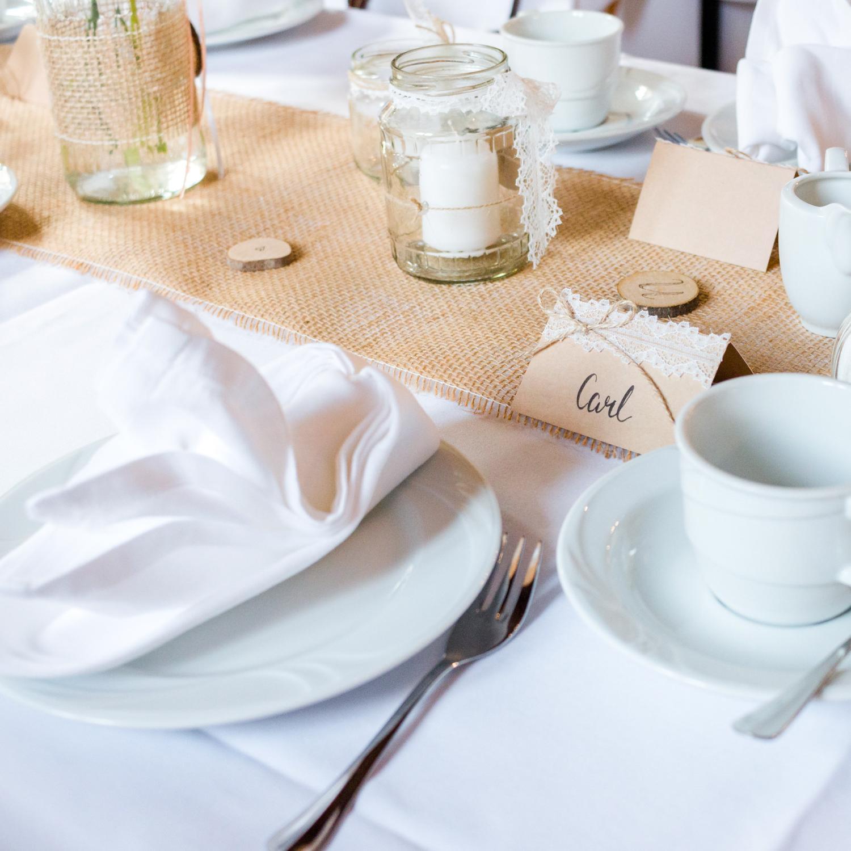 Tischdekoration für eine Sommerhochzeit im Landhaus-/Vintage-Stil, mit natürlichen Materialien und recycelten Konservengläsern als Kerzenhalter