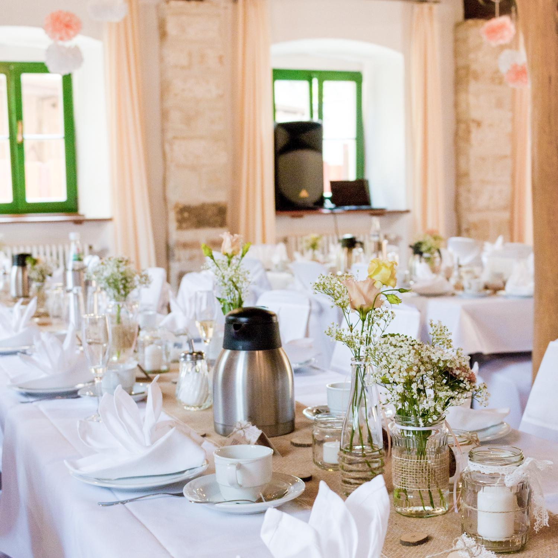 Tischdekoration für eine Sommerhochzeit im Landhaus-/Vintage-Stil, mit natürlichen Materialien und recycelten Konservengläsern