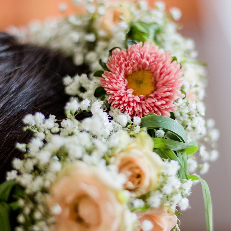 Hochzeitsoutfit mit Haarschmuck, Blumenkranz aus Schleierkraut, Rosen und Astern