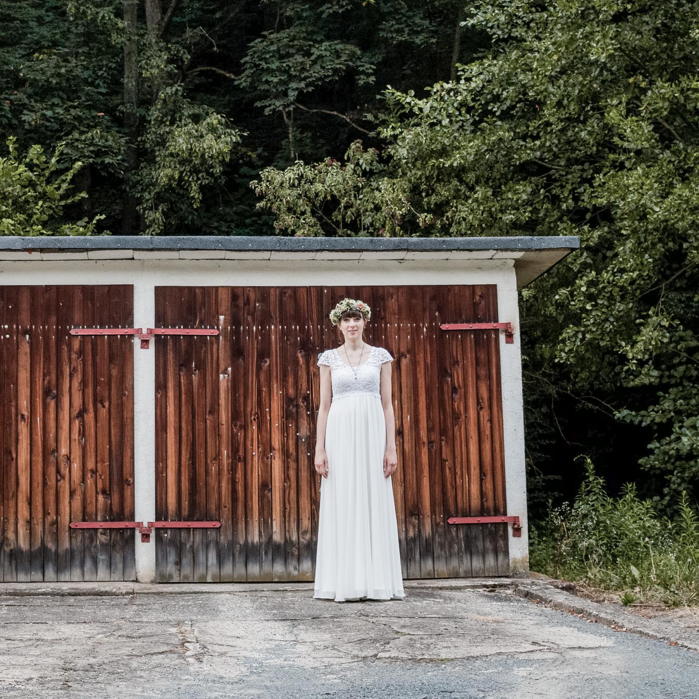 Landhochzeit im Sommer - mit Empire-Kleid, Blumenkranz und Vintageschmuck