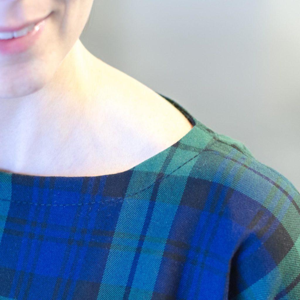Karokleid nähen, aus Schottenkaro, Schnittmuster Frau Aiko von Studio Schnittreif (Pattern Hack), Halsausschnitt mit Beleg