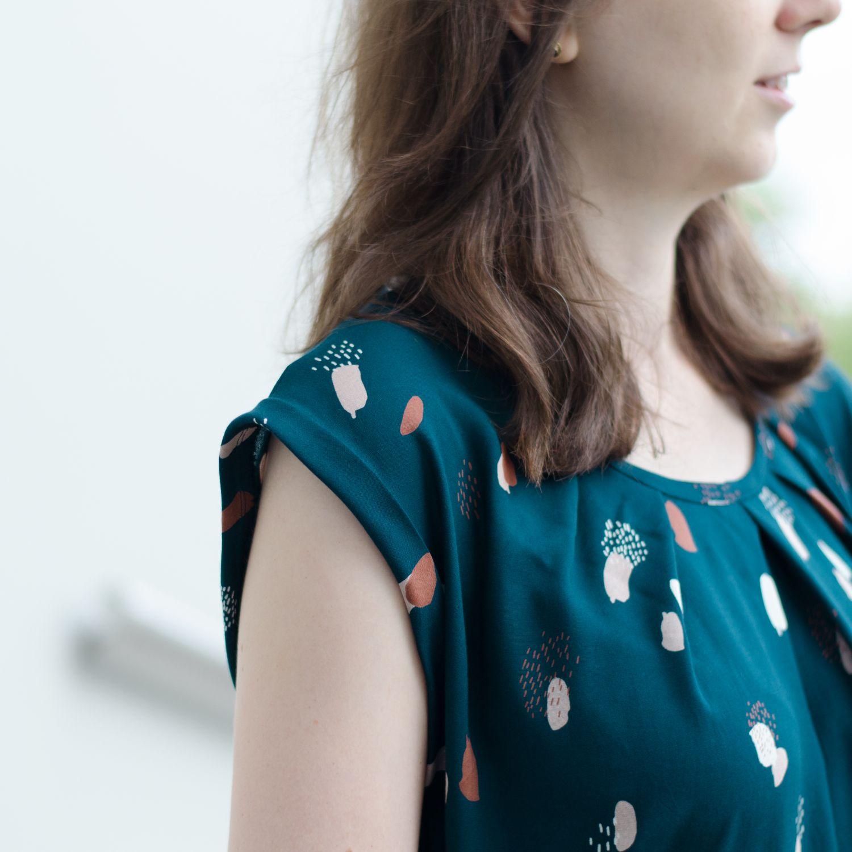 """Sommerkleid aus Viskose-Webware """"Moonstone Green"""" von Atelier Brunette, Pattern Hack zum Schnittmuster """"Santa Barbara"""" von Pech & Schwefel, Ärmelabschluss mit Umschlag"""