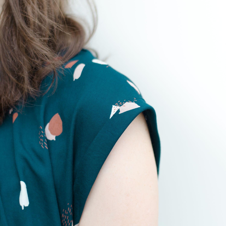 """Sommerkleid aus Viskose-Webware """"Moonstone Green"""" von Atelier Brunette, Pattern Hack zum Schnittmuster """"Santa Barbara"""" von Pech & Schwefel, Ärmelumschlag"""