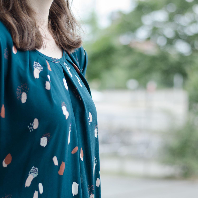 """Sommerkleid aus Viskose-Webware """"Moonstone Green"""" von Atelier Brunette, Pattern Hack zum Schnittmuster """"Santa Barbara"""" von Pech & Schwefel, Kellerfalten"""